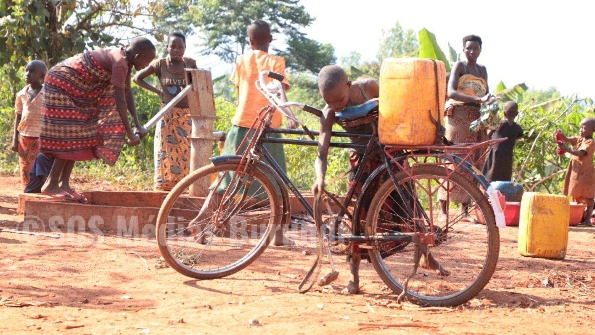 PHOTO de la semaine – Rutana  : une petite fille attend son tour pour remplir son bidon d'eau sur une borne fontaine