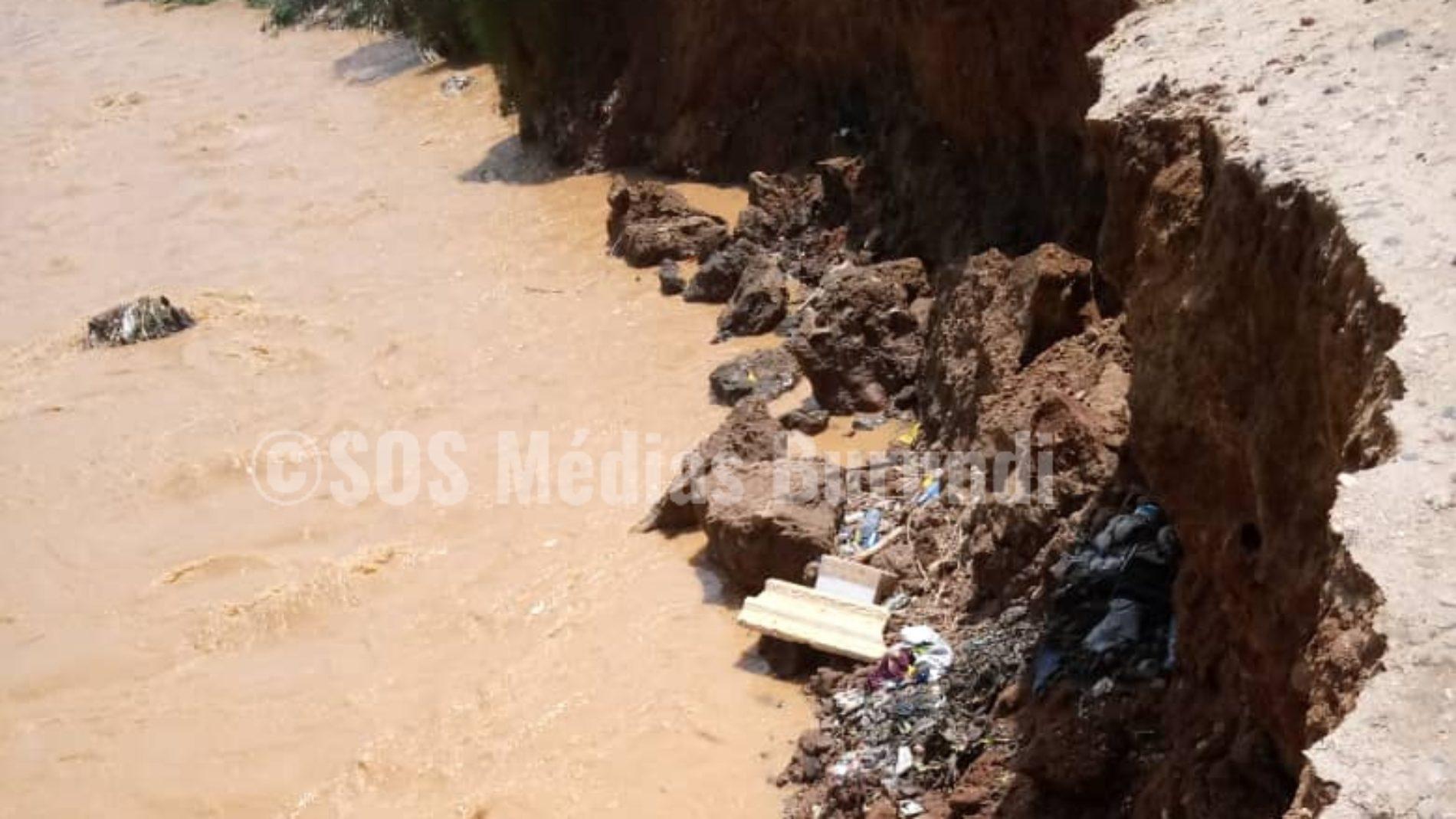 La rivière Ntahangwa menace un pont  à Buyenzi (Bujumbura)