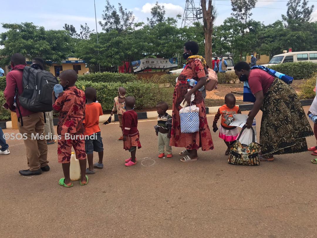 Des réfugiés en provenance du camp de Mahama en attente de franchir la frontière burundaise