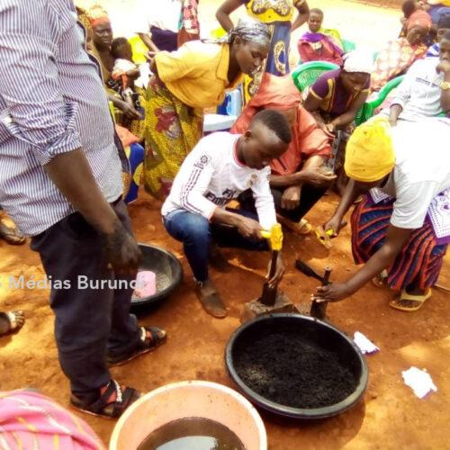Mtendeli (Tanzanie) : plus de 650 réfugiés ont reçu une formation sur la fabrication des combustibles ménagers
