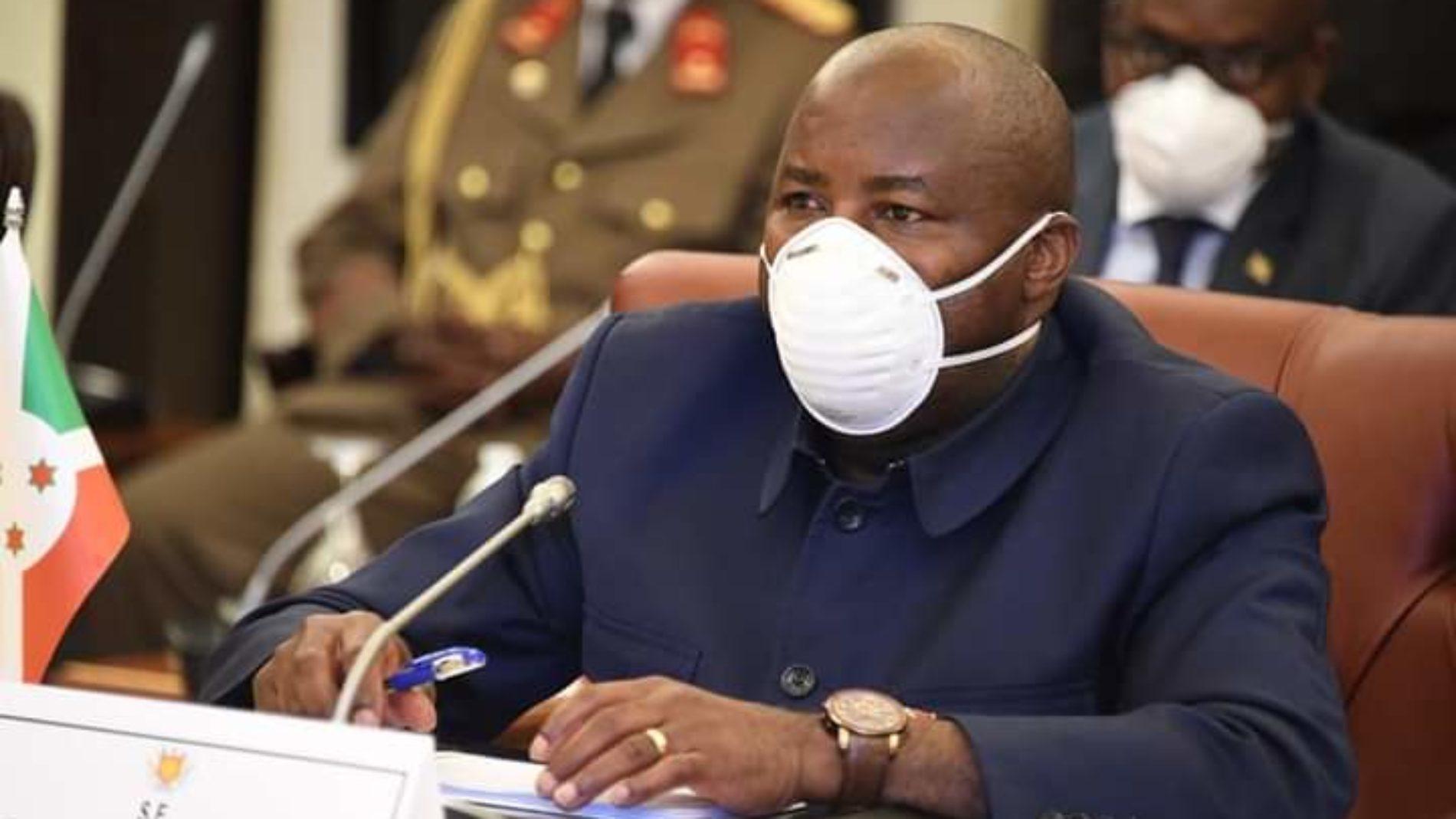 Photo de la semaine : le président burundais a porté un masque durant son voyage en Guinée Équatoriale