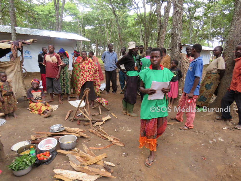 Des réfugiés burundais sur une place publique dans le camp de Nduta