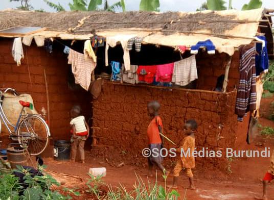 Des enfants devant une maisonnette à Nyarugusu