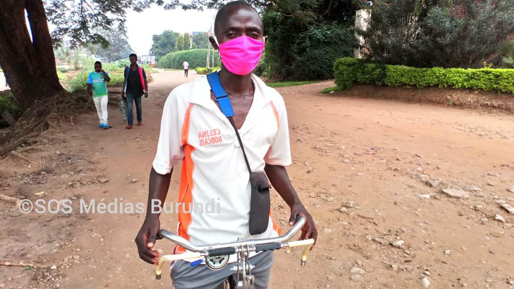 Un conducteur de taxi vélo dans une rue de Bujumbura