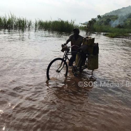 Sud-Kivu : l'eau du Tanganyika déborde jusqu'à bloquer la route