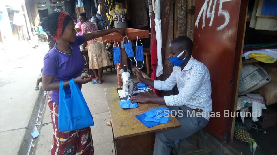 Un tailleur entrain de confectionner des masques au marché de Bubanza