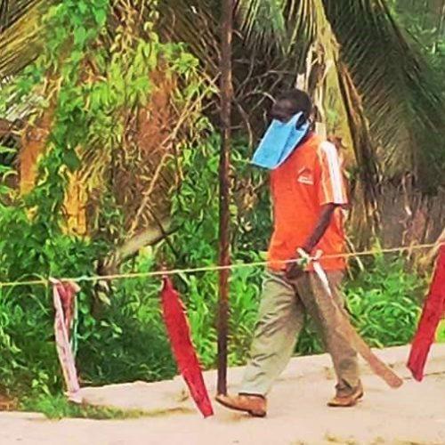 Photo de la semaine : des citoyens recourent à des masques selon leurs moyens