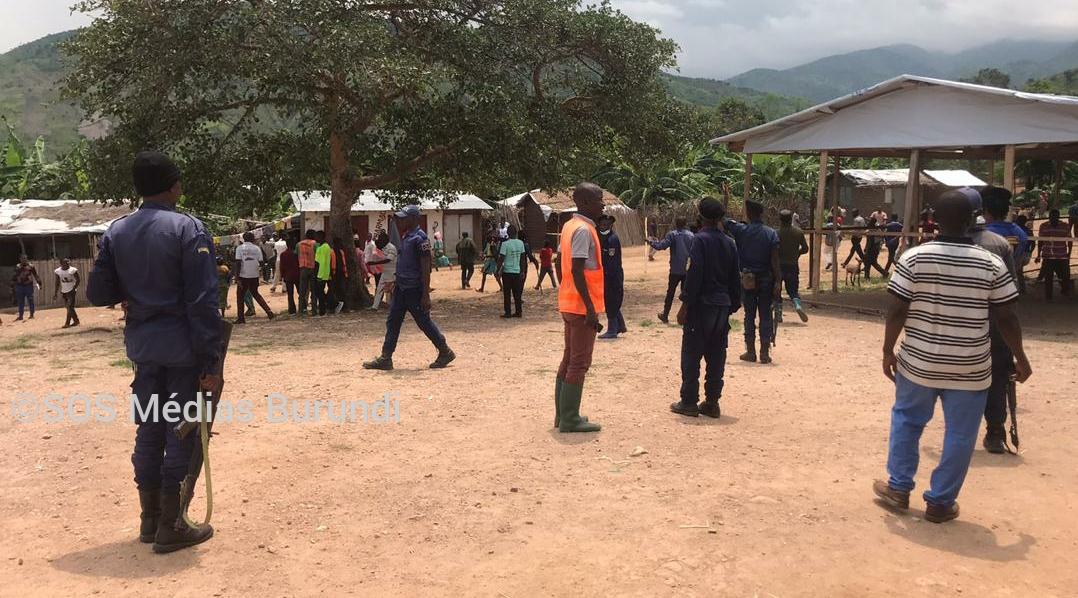 Des enseignants dispersés par la police et des civils qui gardent le camp