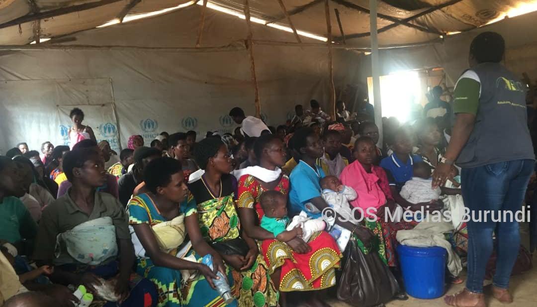Des femmes réfugiées burundaises en attente de recevoir une aide alimentaire à Mahama, 2020