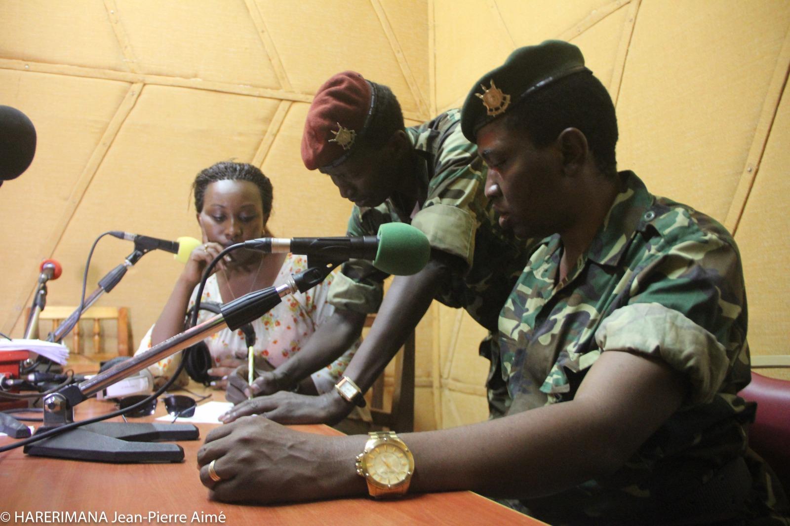 Les généraux Cyrille Ndayirukiye et Godefroid Niyombare, respectivement numéros deux et un dans le coup d'État raté de mai 2015 dans un studio de la RPA, le 13 mai 2015. Niyombare, respectivement numéros deux et un dans le coup d'État raté de mai 2015 dans un studio de la RPA,le 13 mai 2015.