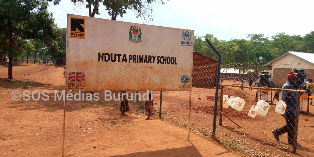 Un panneau devant l'école primaire à Nduta