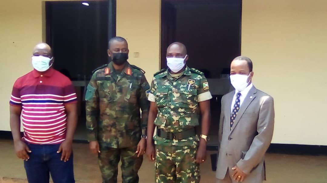 Au milieu les chefs de renseignements militaires burundais et rwandais entourés par des représentants de l'ONU et de la CIRGL