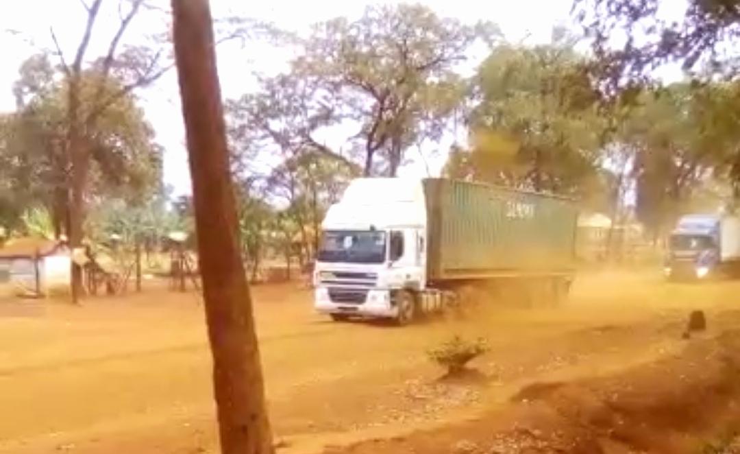 Des camions rentrent après avoir déposé des effets des réfugiés qui devraient être transférés à Nduta