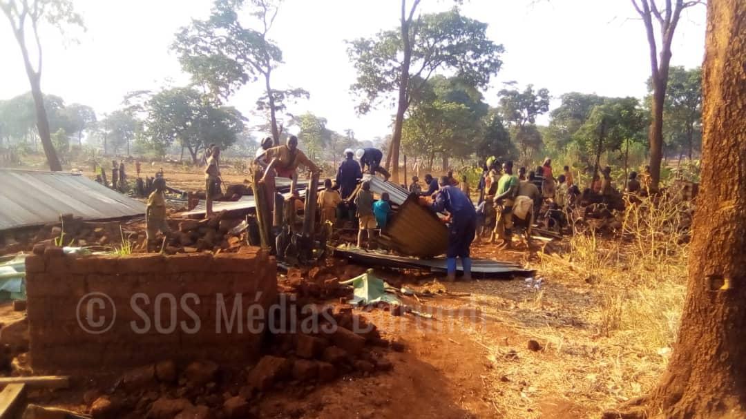 Des jeunes gardiens de la paix tanzaniens entrain de détruire des maisons à Mtendeli