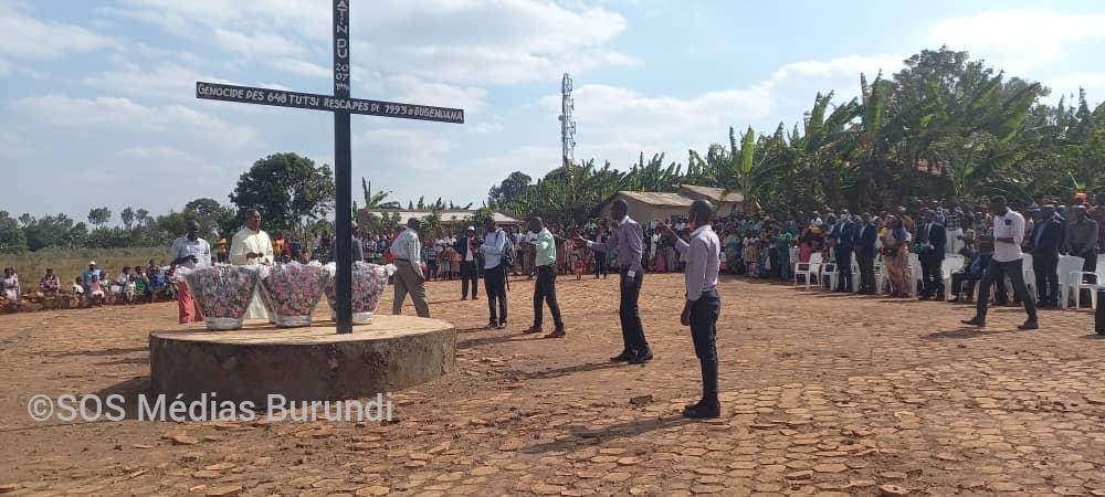 Des proches des victimes de Bugendana se recueillent devant leur tombe, le 25 juillet 2021