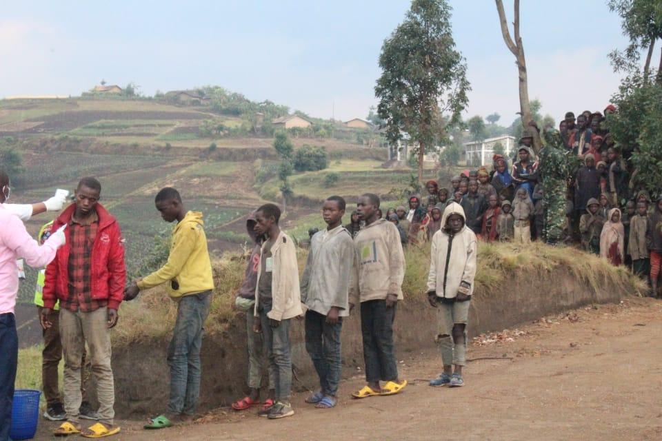 Les sept Rwandais remis à l'administration de leur pays en train d'être testé du Covid-19 avant d'entrer sur le territoire rwandais