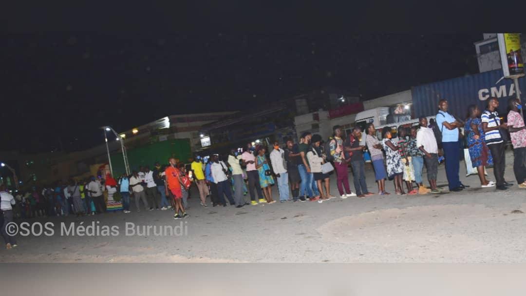 Une longue file d'habitants de Bujumbura sur un parking à Bujumbura