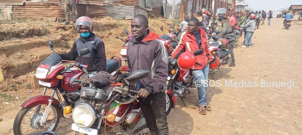 Des conducteurs de taxis moto attendent d'être servis dans la ville de Gitega