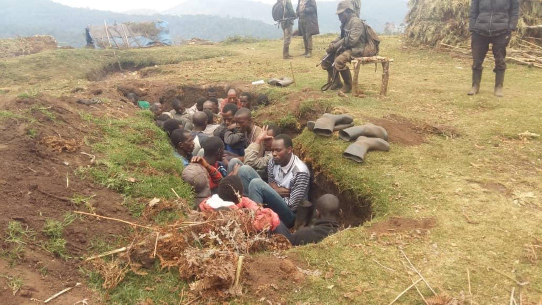 Photo de la semaine- Bijombo (RDC) : des habitants retenus dans une tranchée