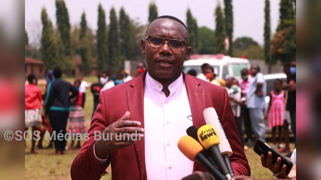 Thaddée Ndikumana,  ministre burundais en charge de la santé sur un site de dépistage des élèves des écoles à régime d'internat,le 10 septembre à Bujumbura
