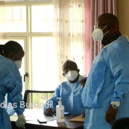 Covid-19 : les premières personnes vaccinées au Burundi mais les autorités fustigent le vaccin et ne lancent pas la campagne
