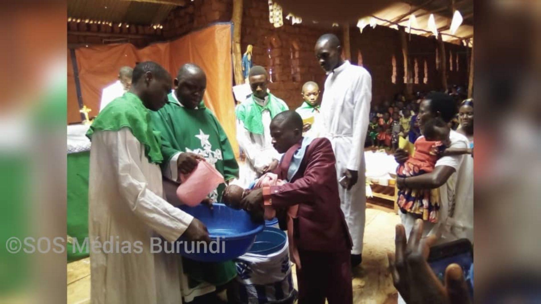 Mtendeli (Tanzanie) : des réfugiés burundais se font baptiser en masse par crainte avant d'être transférés à Nduta